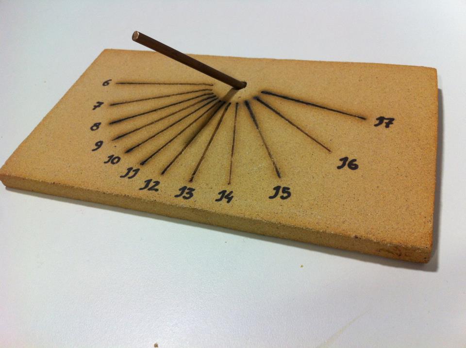 Rellotge de sol de fang cuit (ceràmic)